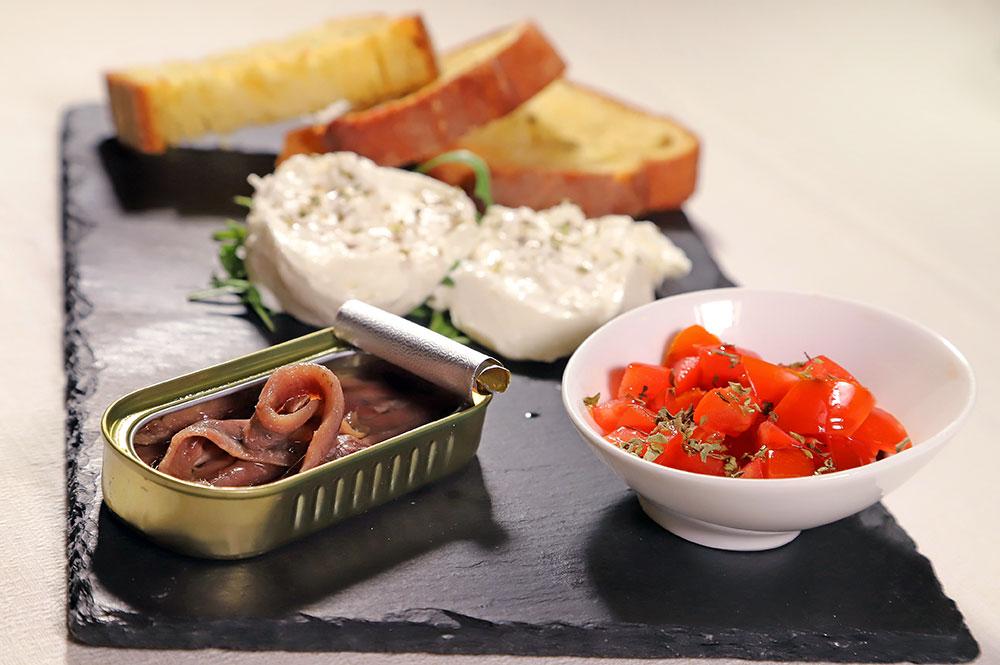 Acciughe del Cantabrico con tartare di pomodoro e basilico, burrata e crostone di pugliese di Altamura