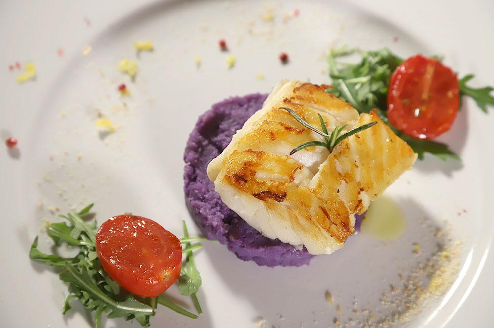 Merluzzo Black Cod al pepe rosa e lime, crema di patate viola e pomodorino confit