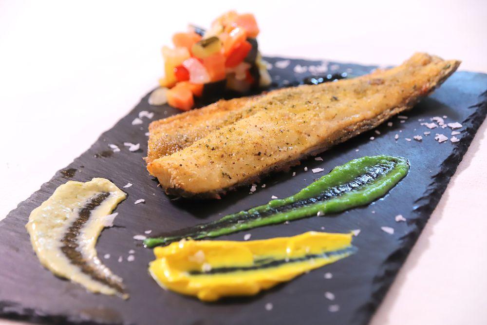 Filetto di branzino al forno con dadolata di verdure e pesto di basilico