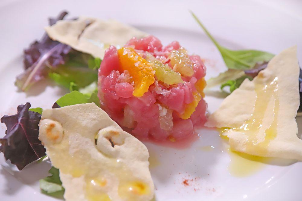 Tartare di tonno rosso agli agrumi con scaglie di sale, olio del Garda e pane Guttiau