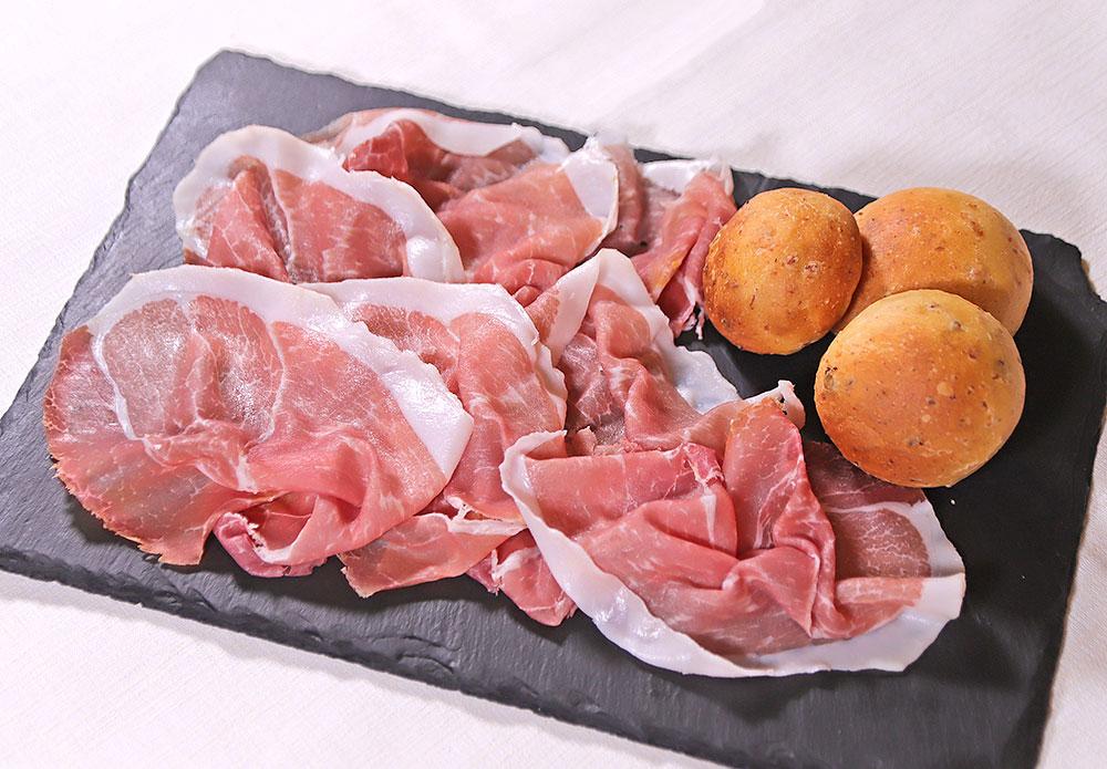 Crudo di Parma con panini ai ciccioli